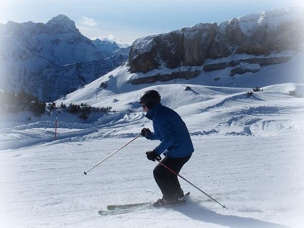 In Ifen ski je onder enorme rotspartijen door!
