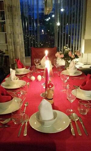De prachtig versierde eettafel zorgde voor een gezellig sfeertje!