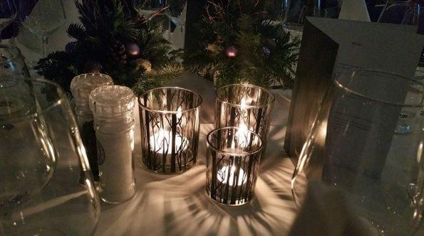 Sfeervolle kaarsjes op tafel, een leuke etiquettequiz en gezellig met collega's bijgekletst: een fantastische avond dus!