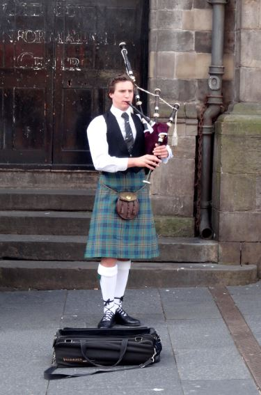 Straatmuzikant bij St. Giles Cathedral