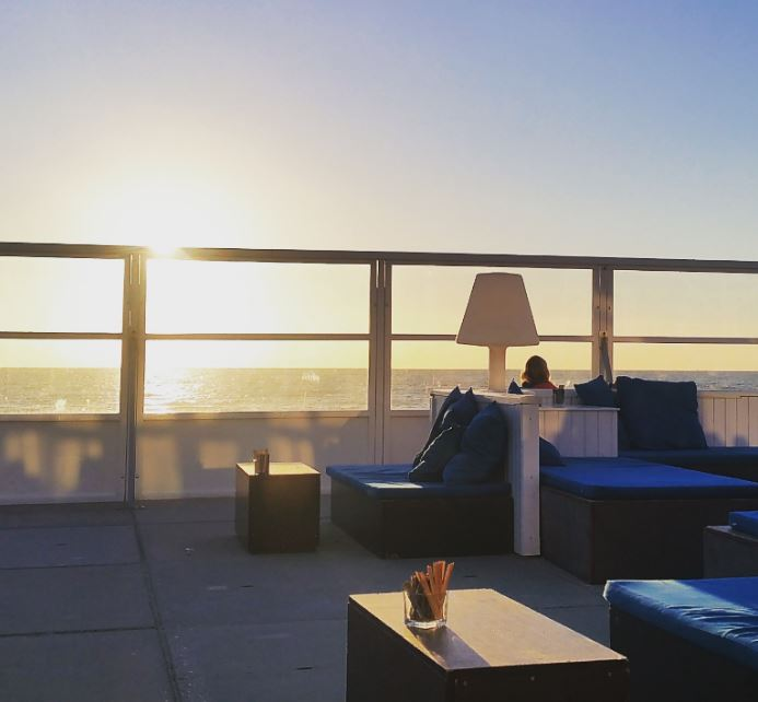 Heerlijke loungebanken met zomers blauwe kussens!