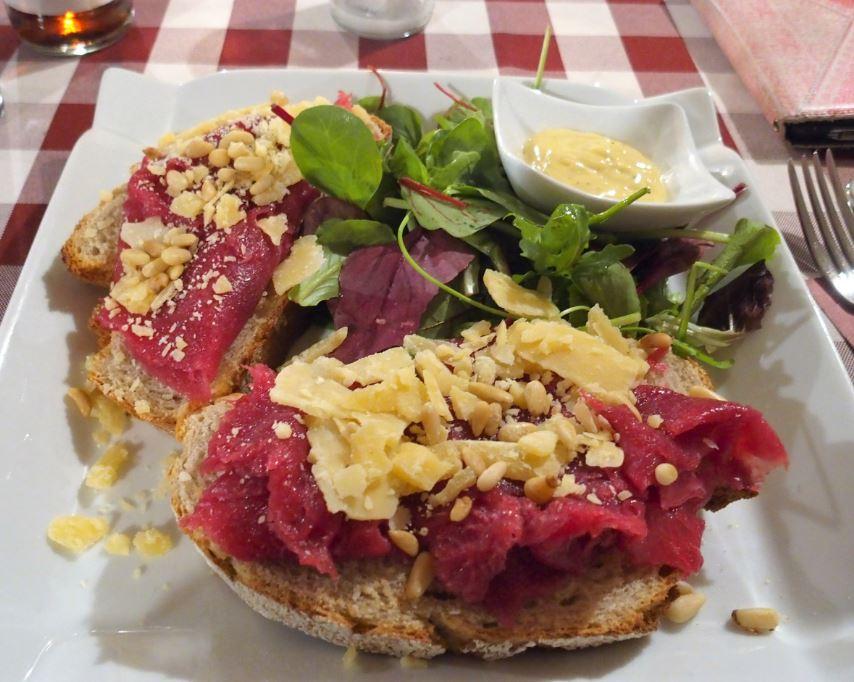 Een heerlijk broodje carpaccio bij Van der Leur!